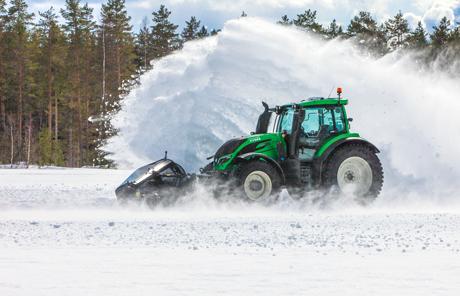 Weltrekord: Fahrerloser Valtra räumt Schnee bei 73,171 km/h